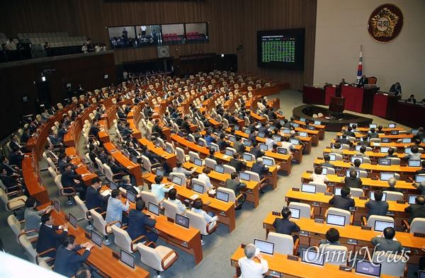여야 의원들이 28일 오후 서울 여의도 국회에서 열린 본회의에 참석해 정치개혁특별위원회 구성 변경 및 활동기간 연장의 건을 표결 처리하고 있다.