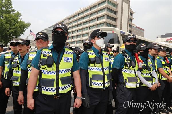 트럼프 방한 하루 앞둔 미대사관 트럼프 미 대통령 방한을 하루 앞둔 28일 오후 서울 세종로 미 대사관앞에서 경찰들이 원폭피해자단체 회원들의 시위에 대비해 배치되어 있다.