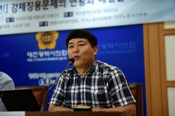 오마이뉴스 장재완 기자가 '대전의 강제징용 피해자 이야기'란 제목으로 토론에 나서고 있다.