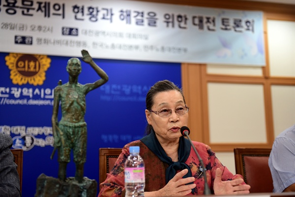 이희자 태평양전쟁피해자보상추진협의회 대표가 '태평양 전쟁으로 인한 강제징용 실태' 제목으로 토론에 앞서 발제를 했다.