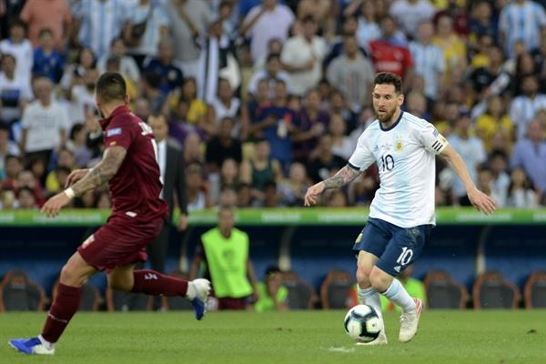 2019년 6월 29일(한국시간) 브라질 히우지자네이루 마라카낭 경기장에서 열린 2019 코파 아메리카 8강 아르헨티나와 베네수엘라의 경기. 아르헨티나의 메시(오른쪽)가 공을 드리블하고 있다.