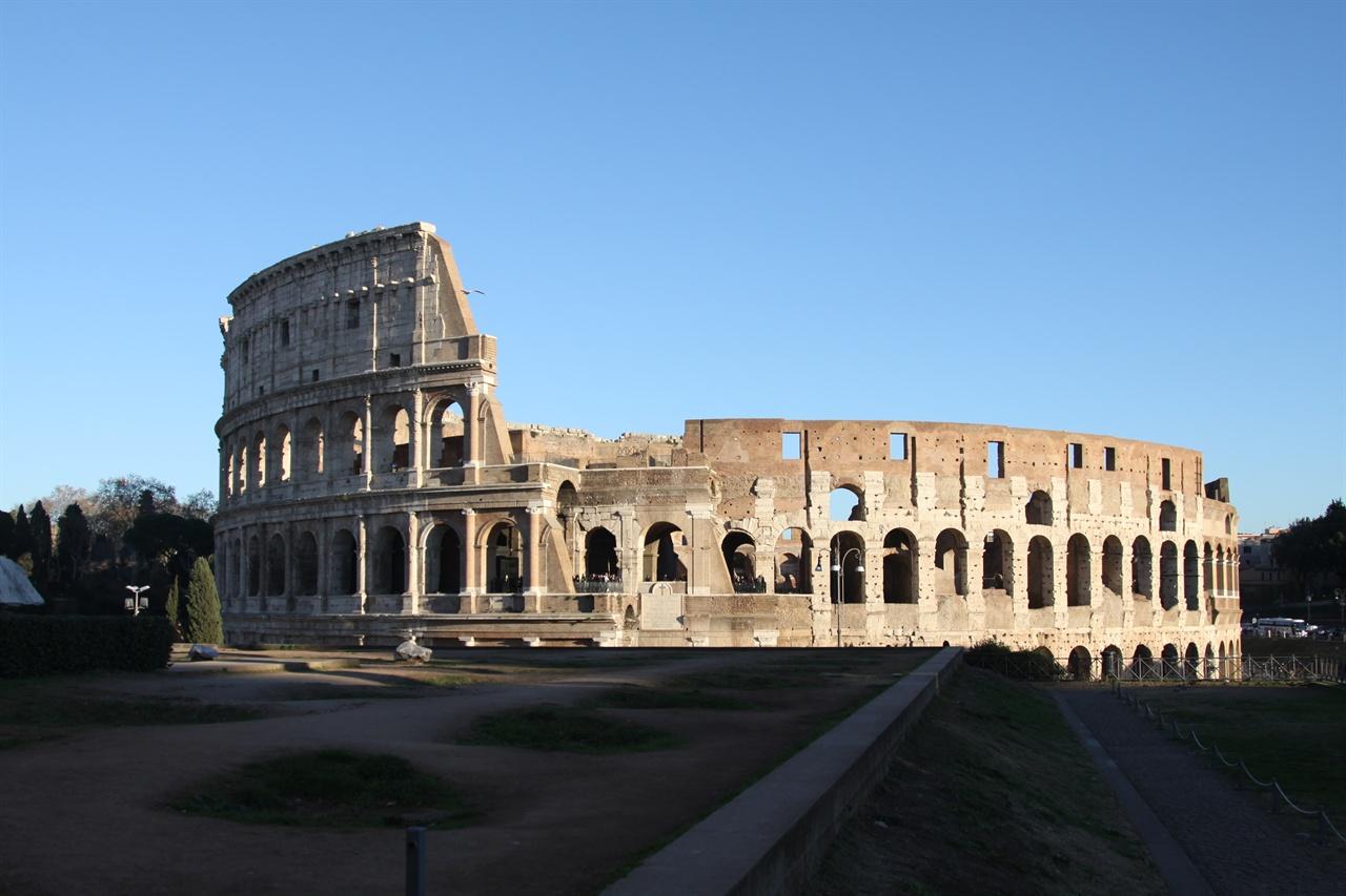 콜로세움(로마)   초기 기독교와 중세를 거치면서 교회에 의해 파괴된 대표적인 고대 건물이다. 70%이상 파괴되었으며 여기에서 뜯어낸 석재는 각종 교회와 수도원 건축에 사용되었다.