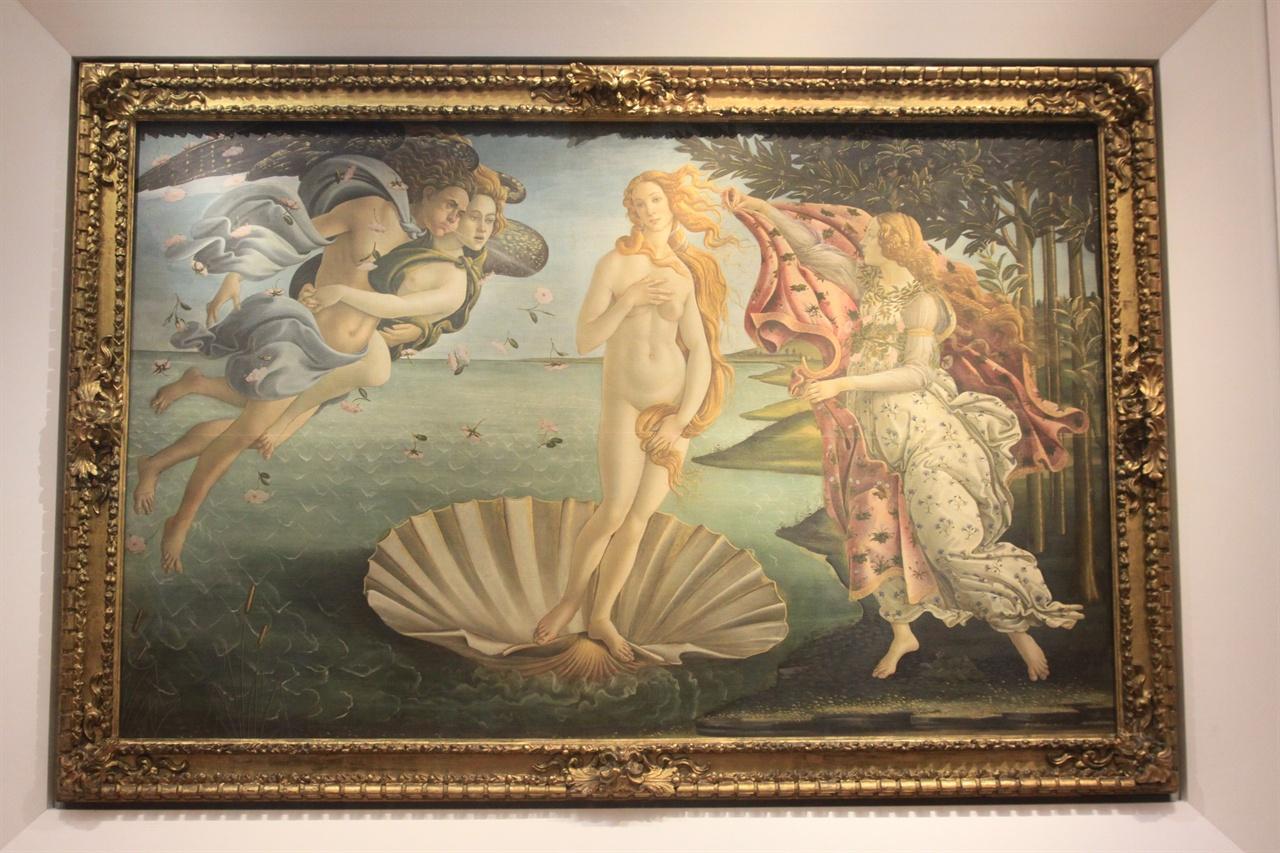 비너스의 탄생(우피치 미술관)   '사물의 본성에 관하여'의 앞부분을 표현한 그림이다.