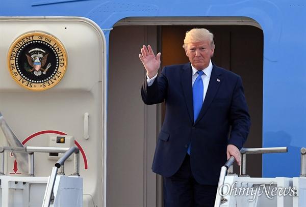 트럼프 미 대통령 오산기지 도착 도널드 트럼프 미국 대통령이 29일 오후 경기도 오산 미공군기지에 도착하고 있다.