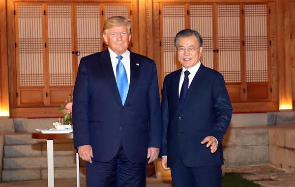 청와대 상춘재에서 만난 문재인-트럼프 문재인 대통령과 트럼프 미국 대통령이 29일 오후 청와대 상춘재에서 기념촬영을 하고 있다.