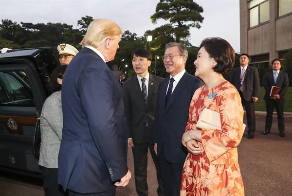'반갑습니다' 문재인 대통령과 부인 김정숙 여사가 29일 오후 청와대에서 G20 정상회의를 마치고 방한한 도널드 트럼프 미국 대통령을 맞아 반갑게 인사를 나누고 있다.