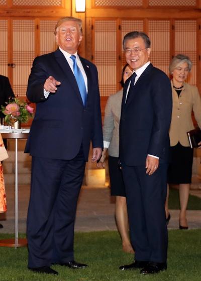문재인 대통령과 트럼프 미국 대통령이 29일 오후 청와대 상춘재에서 만찬을 함께하기에 앞서 열린 칵테일 리셉션에서 얘기를 나누고 있다.