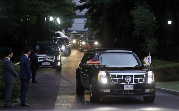 청와대 도착하는 트럼프 대통령 트럼프 미국 대통령이 29일 오후 문재인 대통령과의 만찬을 위해 전용차량인 '더 비스트'(The Beast)로 불리는 전용 리무진 '캐딜락 원'을 타고 청와대에 도착하고 있다.