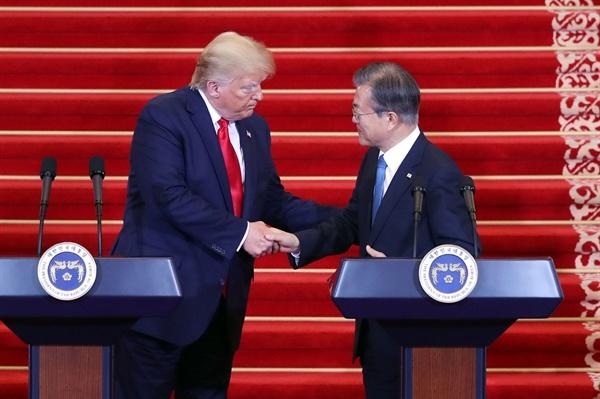 문재인 대통령과 도널드 트럼프 미국 대통령이 30일 오후 청와대에서 열린 공동기자회견에서 악수하고 있다.