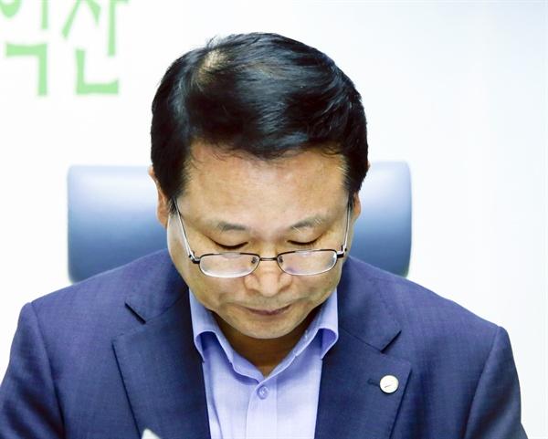 최근 다문화가족에 대한 혐오성 발언으로 논란을 일으킨 정헌율 전북 익산시장이 27일 오후 전북도청 기자실을 찾아 당시 발언에 대해 사과했다.