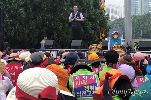 김명환 민주노총 위원장이 6월 30일 오후 경부고속도로 서울요금소에서 열린 수납원 집회에 참석해 발언하고 있다.