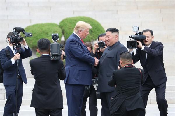 도널드 트럼프 미국 대통령과 북한 김정은 국무위원장이 30일 오후 판문점 군사분계선에서 만나 악수하고 있다.