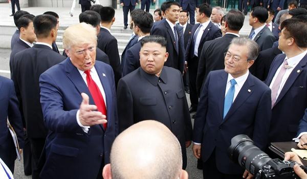 문재인 대통령이 30일 오후 도널드 트럼프 미국 대통령과 판문점을 방문해 김정은 북한 국무위원장을 만나고 있다.