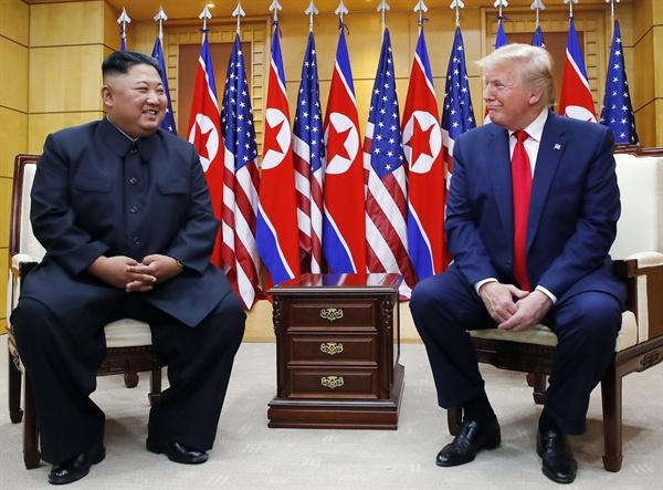 도널드 트럼프 미국 대통령과 북한 김정은 국무위원장이 30일 오후 판문점 자유의 집에서 만나 대화하고 있다