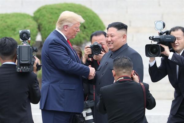 도널드 트럼프 미국 대통령과 북한 김정은 국무위원장이 30일 오후 판문점 군사분계선 북측 지역에서 만나 인사한 뒤 남측 지역으로 향하고 있다.
