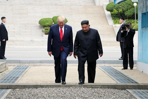 군사분계선 넘는 트럼프-김정은 도널드 트럼프 미국 대통령과 북한 김정은 국무위원장이 30일 오후 판문점 군사분계선 북측 지역에서 인사한 뒤 남측으로 향하고 있다.