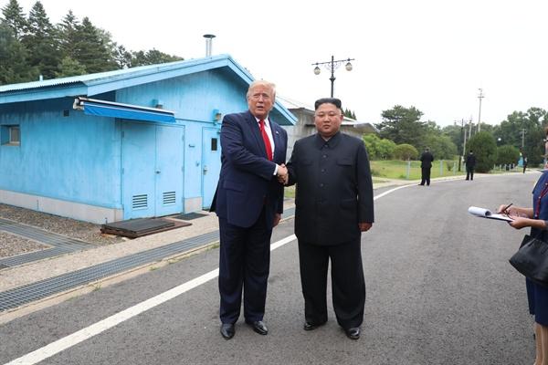 도널드 트럼프 미국 대통령과 북한 김정은 국무위원장이 30일 오후 판문점 자유의 집 앞에서 만나 악수하고 있다.
