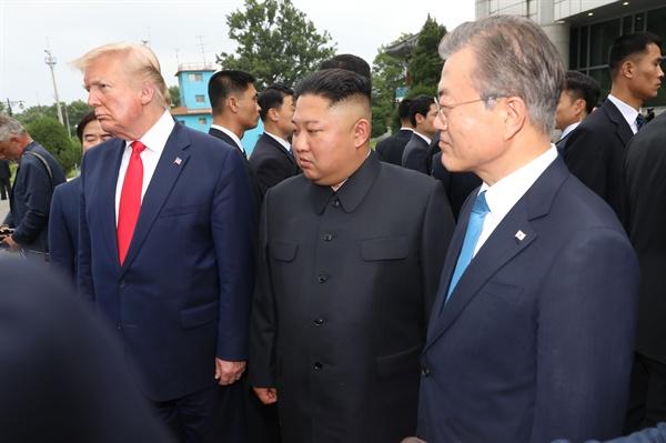 문재인 대통령과 도널드 트럼프 미국 대통령이 30일 오후 판문점 군사분계선 남측 자유의 집 인근에서 북한 김정은 국무위원장과 만나고 있다.