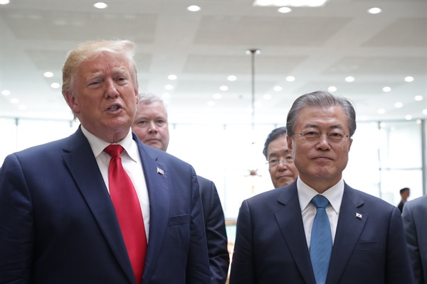 30일 판문점 남측 자유의 집에서 도널드 트럼프 미국 대통령이 김정은 북한 국무위원장과 회동을 마친 뒤 문재인 대통령과 함께 소감을 말하는 기자회견을 하고 있다.