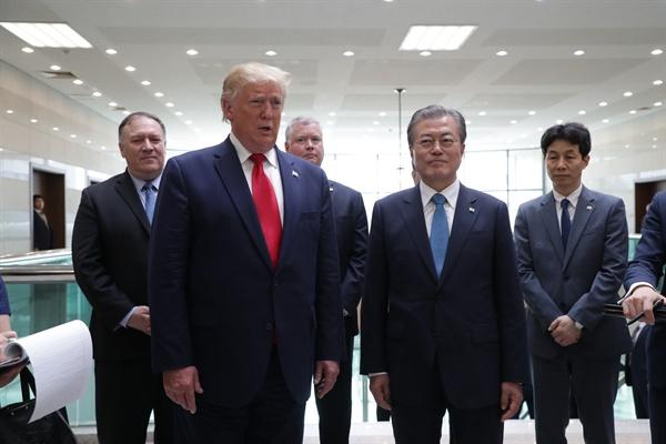 30일 판문점 남측 자유의 집에서 도널드 트럼프 미국 대통령이 김정은 북한 국무위원장과 회동을 마친 뒤 문재인 대통령과 함께 소감 등을 말하는 기자회견을 하고 있다.