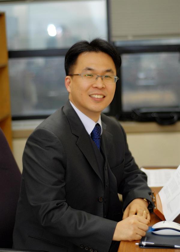 이원상 조선대학교 법학과 교수 사이버범죄문제의 최전선에서 활발히 활동하고 있는 이원상 교수를 인터뷰하였다.