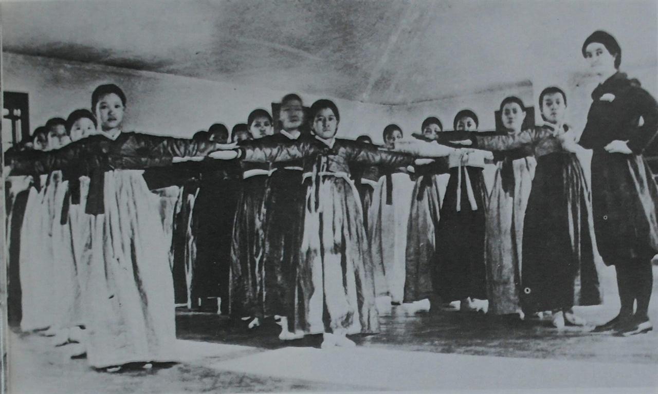 이화학당 무용단 연습 모습(1910년대 초)
