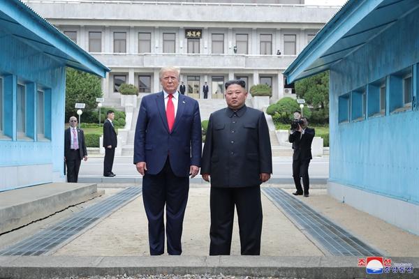 도널드 트럼프 미국 대통령과 김정은 북한 국무위원장이 30일 오후 판문점 군사분계선 앞에서 포즈를 취하고 있다. 2019.7.1