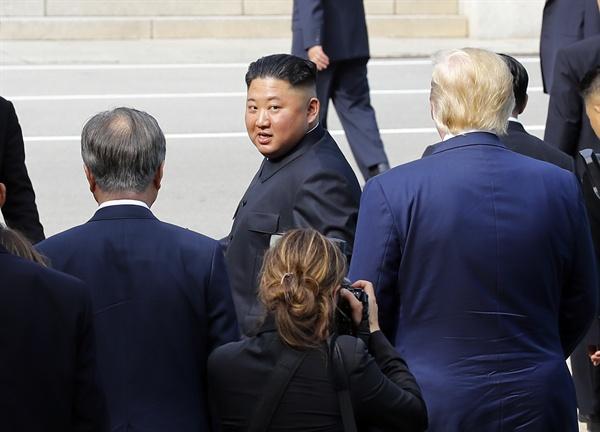 북한 김정은 국무위원장이 30일 오후 판문점에서 문재인 대통령과 도널드 트럼프 미국 대통령의 배웅을 받으며 군사분계선을 넘어 북측으로 돌아가다 뒤돌아보고 있다. 2019.6.30