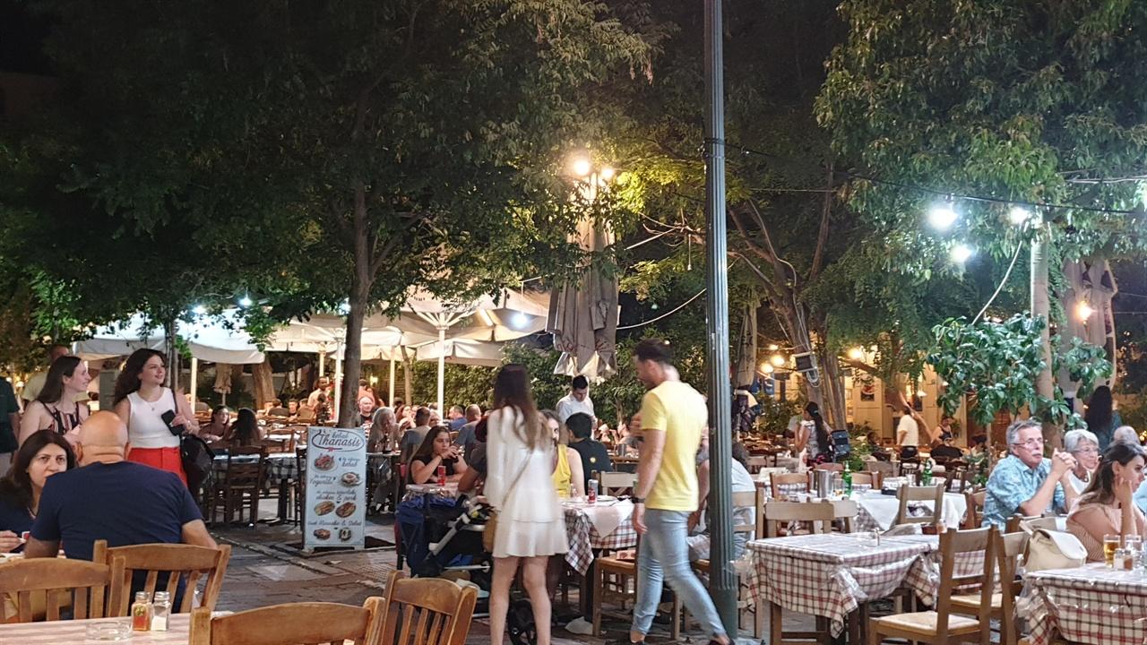 아테네의 밤  새벽까지 활기를 띠는 아테네의 밤 풍경