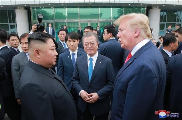 김정은 북한 국무위원장과 도널드 트럼프 미국 대통령은 판문점 회동에서 교착 상태인 북미 대화를 재개하기로 합의했다고 조선중앙통신이 1일 보도했다. 사진은 중앙통신이 홈페이지에 공개한 것으로, 판문점 남측 자유의집 앞에서 대화하고 있는 문재인 대통령과 김정은 국무위원장, 트럼프 대통령의 모습.