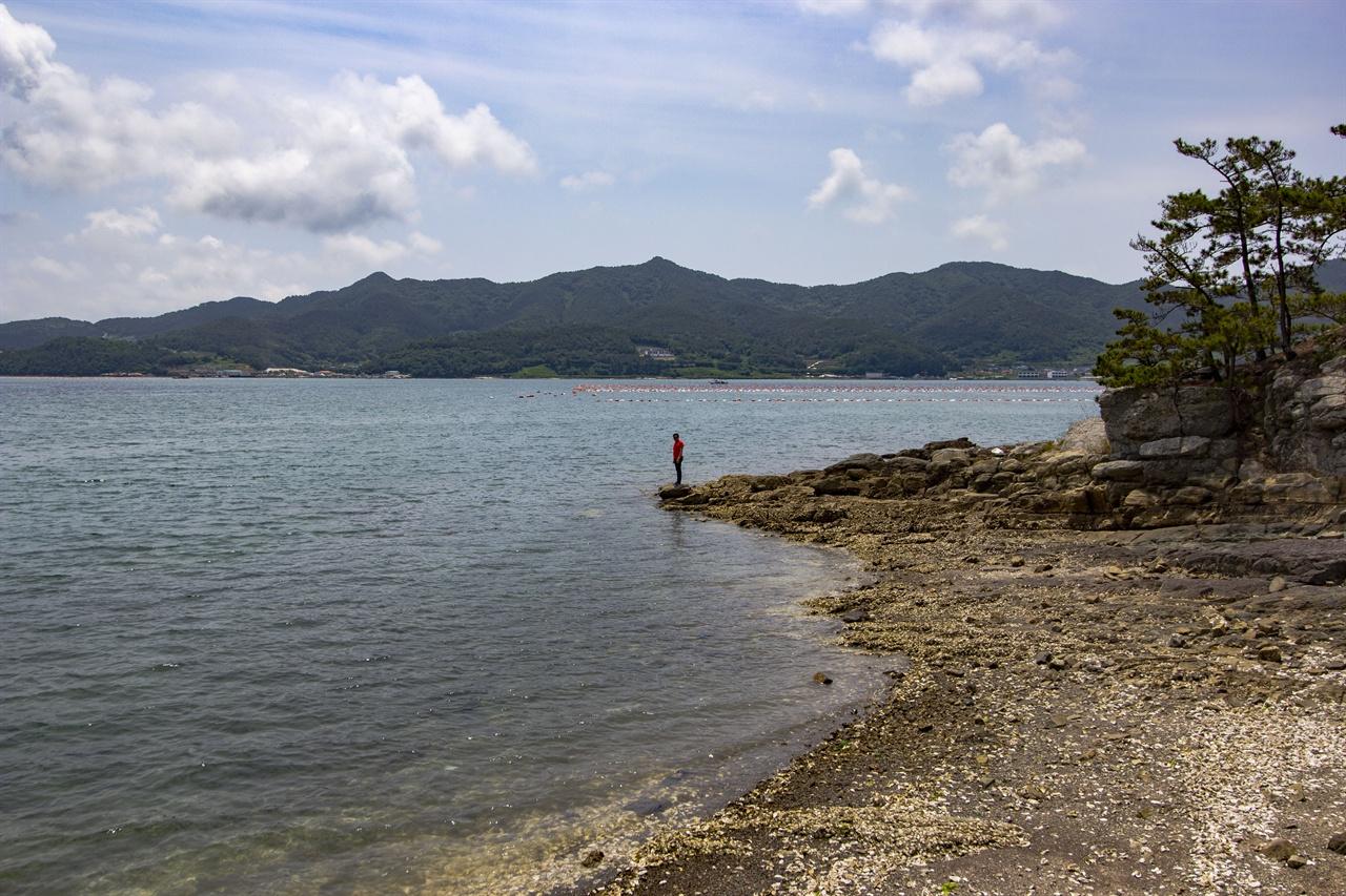 연도의 끝, 갯바위 해안 끝의 갯바위에 서서 섬을 둘러봤다.품안에 안을 정도로 작은 섬이다.