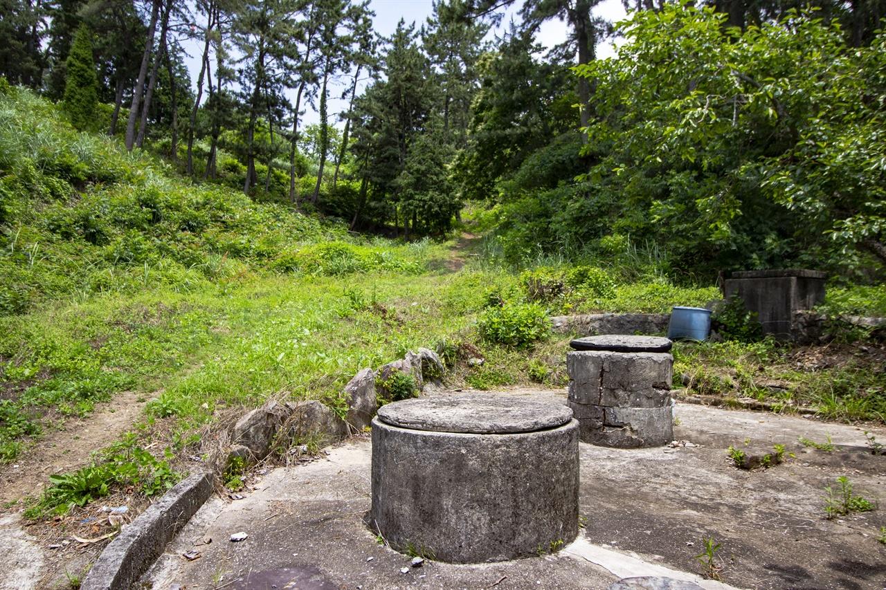 연도의 우물 옛날에 사용했던 공동우물터로 두 개가 나란히 있다. 과거 섬주민의 생명줄 역할을 했지만 지금은 수돗물에 그 자리를 양보했다.