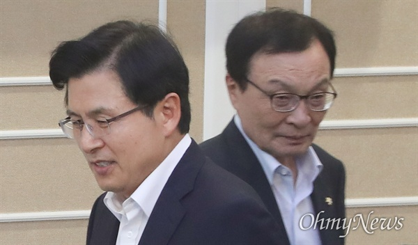 이해찬 더불어민주당 대표와 황교안 자유한국당 대표가 1일 서울 여의도 국회에서 문희상 국회의장 주최로 열린 초월회에 참석하고 있다.