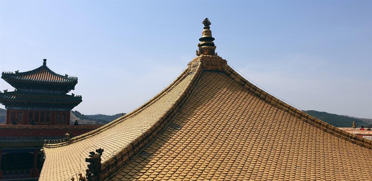 만법귀일전(万法?一殿) 지붕 둥근 동판에다 금 15,000냥으로 도금하여 덮었는데 금칠이 벗겨진 곳은 일본인들이 긁어간 흔적이라고 한다.