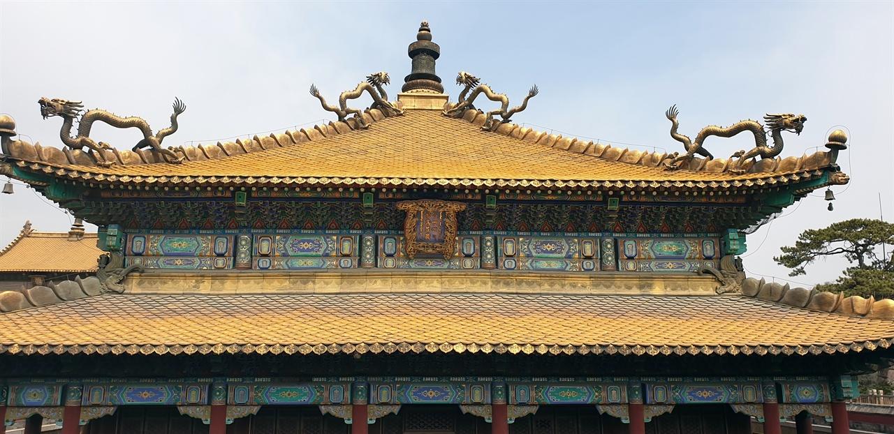묘고장엄전(妙高莊嚴殿)의 화려한 황금지붕 수미복수지묘는 판첸라마 6세가 머물렀던 곳으로 조선이 사신들도 황제의 명에 의해 이곳에서 판첸을 만났다.