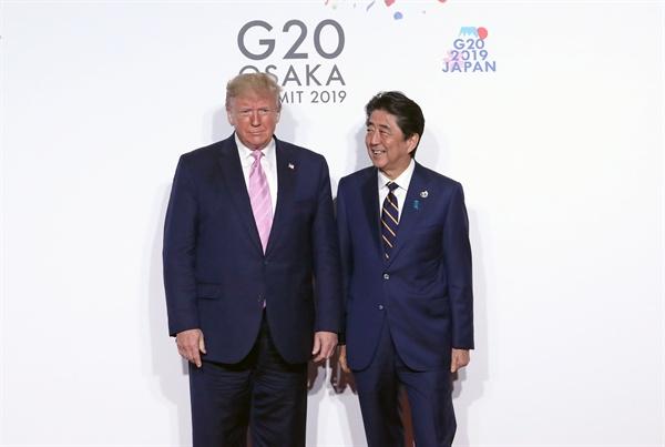 기념촬영하는 트럼프 대통령과 아베 총리  트럼프 미국 대통령이 6월 28일 오전 인텍스 오사카에서 열린 G20 정상회의 공식환영식에서 의장국인 일본 아베 신조 총리와 기념촬영하고 있다.