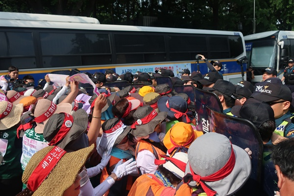 톨게이트 노동자들이 청와대 앞에서 농성을 진행하는 중 부상을 당했다.