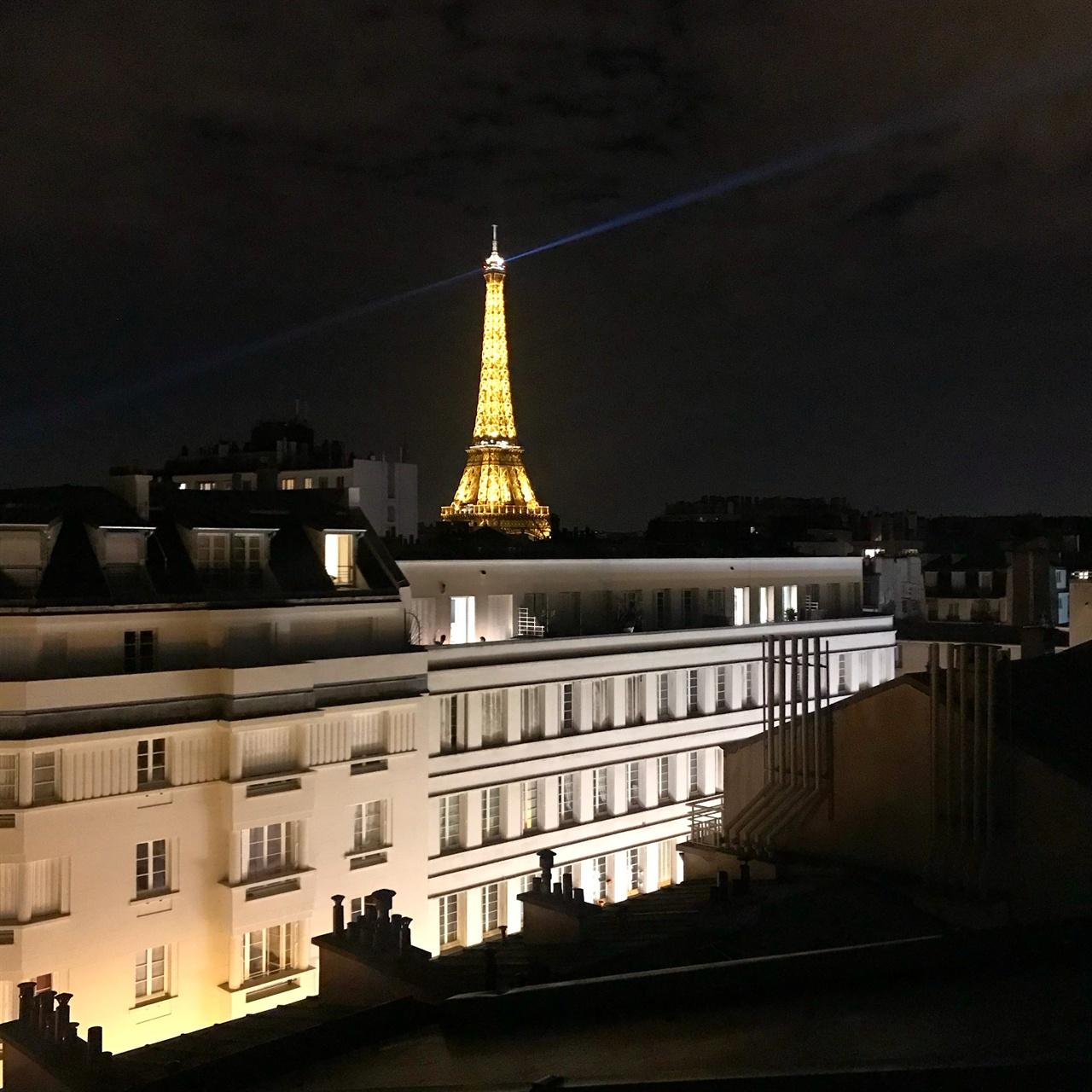 숙소에서 보이는 에펠탑의 모습  파리에 한달살기를 하는 동안  매일밤, 빼놓지 않고 바라보았던 장면이예요.  이 집에 정이 정말 많이 들어버려서, 떠나오기가 힘들었네요.