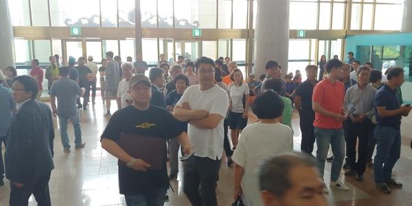 탕정2지구 도시개발에 대한 현지 주민들의 의견은 찬반이 충돌하는 것으로 알려졌다. 공청회에 참석하기 위해 찾은 주민들이 입장하지 못하고 있다.