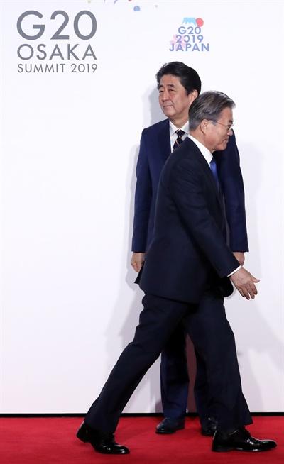 문재인 대통령이 28일 오전 인텍스 오사카에서 열린 G20 정상회의 공식환영식에서 의장국인 일본 아베 신조 총리와 악수한 뒤 이동하고 있다.
