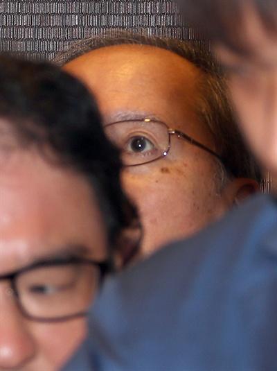 나가미네 야스마사 주한 일본대사가 일본 정부가 발표한 반도체 소재 등 3가지 품목에 대한 수출규제 강화와 관련해 불려 서울 종로구 도렴동 외교부 청사로 들어가고 있다. 야스마사 대사는 취재진을 피해 지하 4층 주차장을 이용, 엘리베이터를 타고 외교부로 들어갔다.