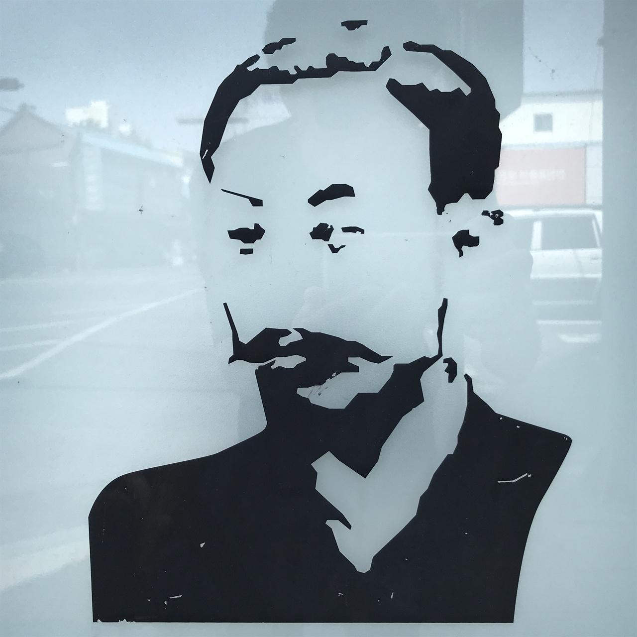 소남 이일우 이일우는 1870년 10월 4일 태어나 1936년 8월 15일 세상을 떠났다. 아버지 금남 이동진이 세운 '도서관' 우현서루를 이어받아 운영했다. DGB대구은행 북성로 지점에 새겨진 소남 이일우 상.