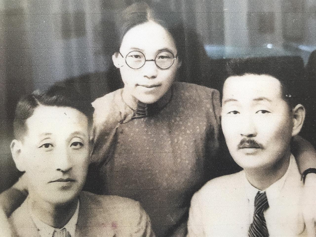 이상화 시인과 이상정-권기옥 부부 왼쪽부터 이상화 시인, 권기옥 비행사, 이상정 장군. 독립운동가 이상정 장군은 시인 이상화의 형이다. 이상정의 아내이자 이상화 시인의 형수인 권기옥은 우리나라 최초의 여성 공군 비행사로 공군 창설에 기여했다. 중국에서 활동하며 일본 도쿄 황궁 폭격 계획을 세우기도 했다. 이상화 생가에서 재촬영한 사진.