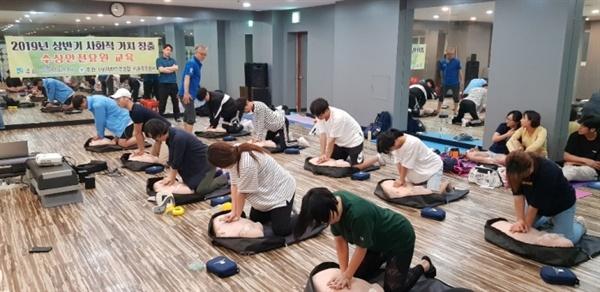 수영장 안전요원 교육생들이 인공호흡 실습을 하고 있다.