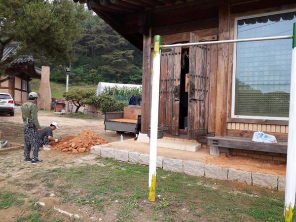 새터민 류철민 씨는 북한에 살 때 가구를 만드는 일을 했고 아버지는 집을 짓는 목수였다고 합니다. 그래서 한옥 수리에 대해 알고 있었습니다.