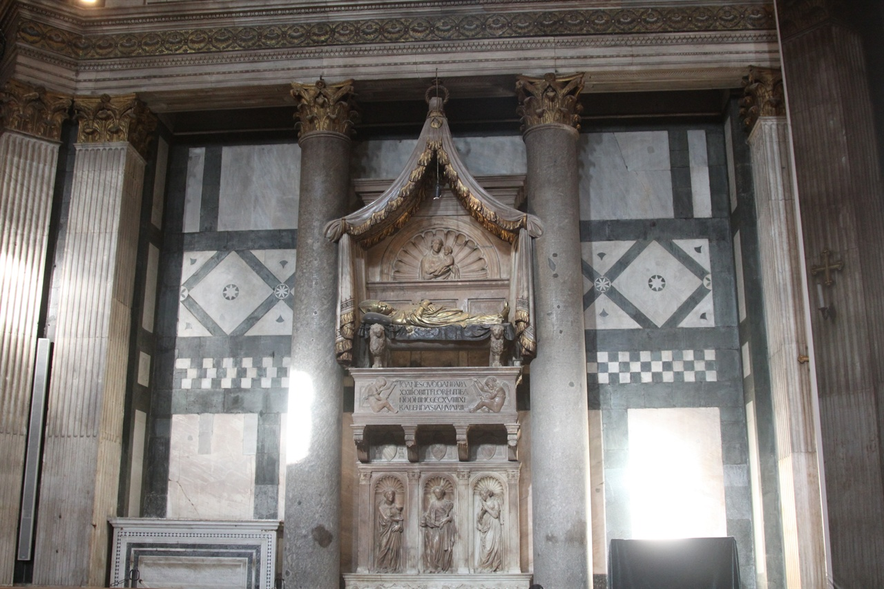 요하네스 23세의 무덤(산 조반니 세례당)    본명이 발다사레 코사였던 그는 나폴리 인근 작은 화산섬인 프로치다의 해적집안에서 태어났는데, 매우 호전적이었고 권모술수에 능했다. 이 무덤은 도나텔로의 작품이다.