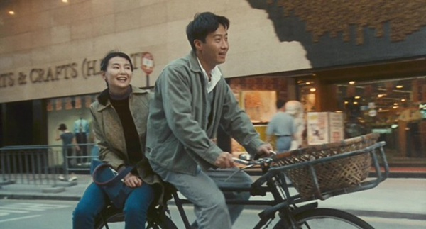 영화 <첨밀밀>의 한 장면. 영화는 1986년 홍콩을 배경으로 청춘들의 운명적인 만남을 그리고 있다