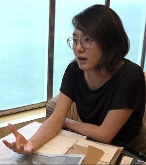 버려진 철사로 작품을 만드는 철사아티스트 좋아은경씨가 <단비뉴스>와 인터뷰하고 있다.