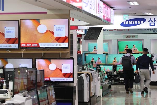 일본 정부가 일제 강제징용 피해자에 대한 한국 대법원의 배상 판결에 대한 보복 조치로 반도체 제조 등에 필요한 핵심 소재 등의 수출 규제 조치를 발표함에 따라 국내 반도체와 디스플레이 업계의 타격이 우려된다. 사진은 2일 오후 텔레비전 매장이 모여 있는 용산전자상가.