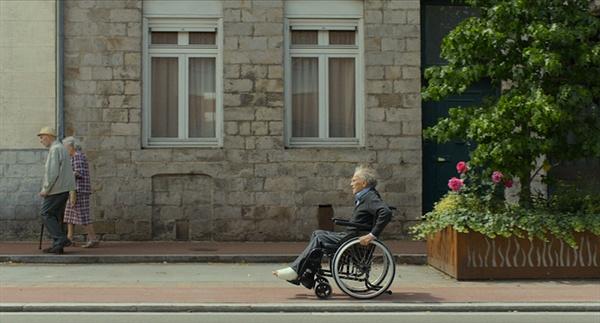영화의 메인 키워드는 '파편'이라 할 수 있다. 영화 <해피엔드>의 한 장면.